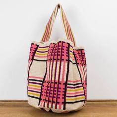 El bolso Guanábana nos invita a viajar con cada colección. Este bolso ha sido creado a mano en crochet por los artesanos del pueblo Wayuu en Colombia. Acabado con dos pompones, y una medallita en bronce con nuestro nombre de marca y las palabras BE POSITIVE.