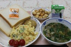 Kyushoku with soup, bread, eggs, adn fruit Japanese School Lunch, Japanese Food, Cravings, Food Japan, Soup, Yummy Food, Diet, Meals, Chicken