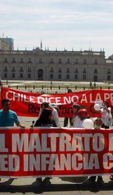 Familias marcharon por los derechos de los niños del Sename y contra vacuna de papiloma Fotos Agencia UNO - La Nación (Chile)