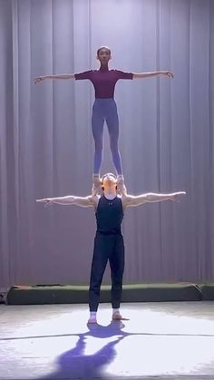 Ballet Lifts, Ballet Barre, Ballet Dance Videos, Dance Choreography Videos, Chien Halloween, Beginner Ballet, Belly Dance Lessons, Flexibility Dance, Cool Dance Moves
