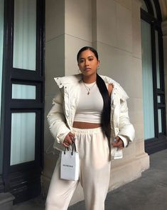 Cozy puff jacket over cute casual cropped top and comfy sweatpants. Outfits Otoño, Lazy Outfits, Spring Outfits, Trendy Outfits, Fashion Outfits, Mode Instagram, Wattpad, Fashion Killa, Aesthetic Clothes