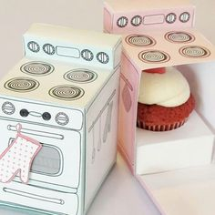 An easy to make retro oven cupcake box with removable cupcake tray that Claudine Hellmuth sells as a printable in her Etsy shop. The box also can be used as a gift box, party centerpiece, favor box, paper toy, or just as fun decoration for your home. Retro Oven, Cupcake Boxes, Cupcake Holders, Cupcake Gift, Cupcake Flags, Cupcake Container, Paper Cupcake, Cupcake Ideas, Cupcake Creative