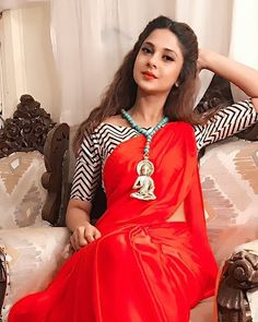 Saree look of Jennifer Winget will leave you Surprised Red Saree, Saree Look, Saree Dress, Bollywood Saree, Saree Blouse Patterns, Saree Blouse Designs, Indian Dresses, Indian Outfits, Lehenga Choli