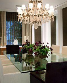 Um luxo.... In Love por essa sala de jantar!!! Destaque para o maravilhoso lustre!! By @negrellieteixeira