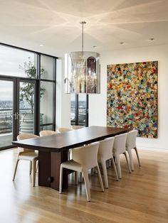 tableau abstrait moderne, salle à manger contemporaine avec table en bois et chaises blanches