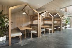 Des cabanes en bois dans un cafe
