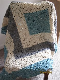 FREE Red Heart pattern Square Upon Square Throw / blanket Crochet Pattern « Image from The Yarn Box (white/blue/grey) Crochet Home, Knit Or Crochet, Crochet Granny, Learn To Crochet, Crochet Crafts, Crochet Projects, Modern Crochet, Crochet Baby, Diy Crafts