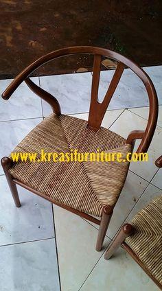 Kursi Cafe Minimalis Dudukan Rotan merupakan kursi cafe dengan desain minimalis mewah dengan bahan dasar kayu jati pilihan serta dudukan dengan bahan rotan