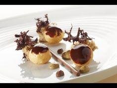 Roger van Damme Desserts - Chocoladesoesjes met koffiesponscake, chocoladecrème en koffiesaus - YouTube