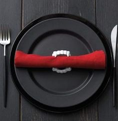 150 Halloween Party Ideas - Prudent Penny Pincher<br> Throw a spooktacular party with these Halloween party ideas, which include decorations, food, games, centerpieces and much more! Spooky Halloween, Ideas Fáciles Para Halloween, Buffet Halloween, Halloween Dinner, Halloween Party Decor, Halloween 2019, Holidays Halloween, Halloween Treats, Happy Halloween