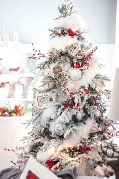 Here are best White Christmas Decor ideas. From White Christmas Tree decor to Table top trees to Alternative trees to Christmas home decor in White & Silver Noel Christmas, Rustic Christmas, All Things Christmas, Christmas Crafts, Christmas Themes, Christmas Photos, Christmas Swags, Christmas 2019, Christmas Island