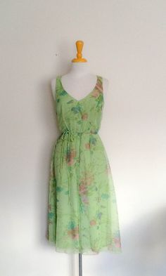 A beautiful green floral dress from the 70s by Australian designer Norma Tullo. This dress is absolutely gorgeous with its light green and floral…