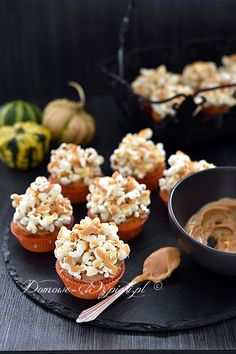 Babeczki dyniowe z popcornem Delicious Deserts, Popcorn, Tiramisu, Cupcakes, Breakfast, Food, Recipes, Morning Coffee, Cupcake Cakes