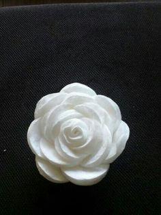Wattenschijfje oprollen (hart vd bloem) en vastlijmen met lijmpistool. Vervolgens steeds een wattenschijfje erbij lijmen tot je bloem groot genoeg is. Evt bestrooien met glitters. Gezien op fb.