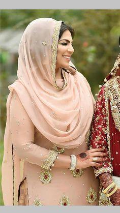 Desi hijabi Ladies Suits Indian, Indian Attire, Indian Wear, Pakistani Dresses, Indian Dresses, Indian Outfits, Bridal Dresses 2017, Bridal Outfits, Designer Punjabi Suits