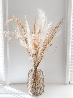 Dried Flower Arrangements, Dried Flowers, Vase Arrangements, House Plants Decor, Plant Decor, Gold Bedroom Decor, Deco Floral, Bedroom Plants, Flower Aesthetic
