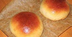 1 colher (sopa) de açúcar  - 1 tablete de fermento biológico  - 5 xícaras (chá) de farinha de trigo  - 2 1/2 xicaras (chá) de batata cozida e espremida  - 3 colheres (sopa) de margarina  - 1 ovo  - 1 xícara (cha) de leite morno  - Sal a gosto  - 150 g de requeijão  - 1 gema para pincelar