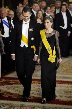 http://www.fashionassistance.net/2014/06/letizia-las-joyas-y-su-fidelidad-varela.htmlFashion Assistance: Letizia, las joyas y su fidelidad a Varela en su último vestido de gala como princesa