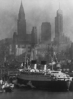 Queen Elizabeth and Chrysler Building in New York Harbor (© Andreas Feininger)