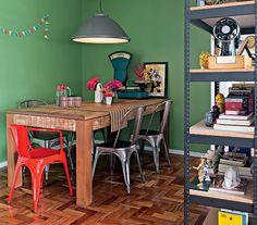 A mesa rústica de madeira de demolição faz contraste com as cadeiras de design Model A, de Xavier Pauchard, compradas por bom preço na internet pelos moradores Vitoria Parasmo e Ivan Pires