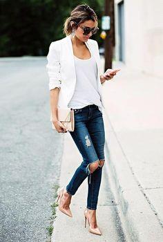 Conjunto americana blanca, camiseta blanca, pnatalones tejanos azules, tacones beis, bolso beis y gafas marrones