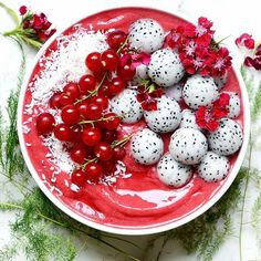 This smoothie is just too pretty! Berry smoothie bowl topped with dragon fruit balls and cranberries x. Yummy Smoothies, Smoothie Recipes, Breakfast Smoothies, Green Smoothies, Cute Food, Yummy Food, Beaux Desserts, Christmas Bowl, Breakfast Desayunos