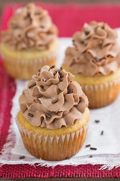 Banana Cupcakes with Nutella Buttercream Frosting - these cupcakes are so delicious! The incredibly fluffy Nutella frosting melts away in your mouth and it& perfect paired with fluffy banana cupcakes. Cupcake Recipes, Cupcake Cakes, Dessert Recipes, Just Desserts, Delicious Desserts, Yummy Food, Delicious Chocolate, Nutella Buttercream Frosting, Cake