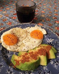 Bom diiia!! Quando eu gosto de alguma coisa como até enjoar  isso SE enjoar né . Primeira hoje foi 2 ovos orgânicos fritos na ghee com sal e pimenta do reino  abacate com canela e cafezinho de lei na xícara novaaa . Vamos pro dia 16/21 do #21DiasBichoEPlanta !! #FitLifeChoice #NutriIsaTeam #Bodybuilding #SigoEmBusca #Paleo #Healthy  #RumoAoSinistro #MinhaMelhorVersao #EatClean #NPNG #NoExcuses  #LCHF #BichoePlanta #Primal by fit_lifechoice