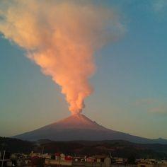 L'eruzione del vulcano Popocatepetl a San Nicolas de los Ranchos, #Messico