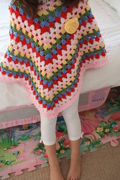 poncho love, completed with the flower :) Crochet Granny, Crochet Motif, Crochet Shawl, Knit Crochet, Crochet Scarves, Crochet Clothes, Knitting Patterns, Crochet Patterns, Crochet Accessories