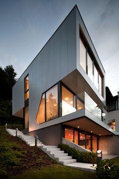Le cabinet d'architecte Spado a conçu une extension à cette maison située au bord d'un lac en Autriche. L'extension de la maison compte trois étages en to