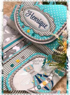 Mimo muito pratico que as mamãe estão apaixonadas !!! É sucesso em vendas🤗🎊👏🏼🙏 Baby Room Decor, Baby Quilts, Sewing Patterns, Patches, Towel, Popcorn Balls, Fancy, Backpacks, Embroidery