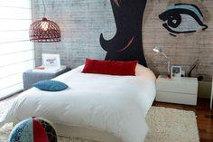 Grafite sobre a parede de concreto no quarto com décor branco