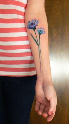 Tatuagem de Flor | Azul no Braço Feminino