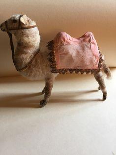 Chribaumschmuck aus Watte und Krepp, Kamel