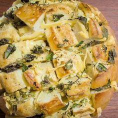 Pão italiano assado com ervas e parmesão