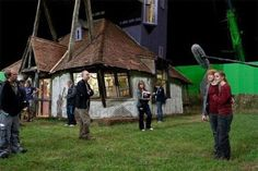 "Behind the scenes of ""Harry Potter"". Rupert Grint (Ron Weasley) and Emma Watson (Hermoine Granger) outside The Burrow. Harry James Potter, Harry Potter Cast, Harry Potter Universal, Harry Potter Movies, Harry Potter World, Hogwarts, Por Tras Das Cameras, Deathly Hallows Part 1, The Burrow"