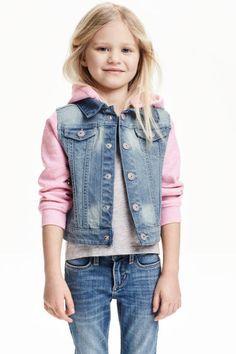 Veste à capuche en jean: Veste en denim lavé avec capuche et manches en molleton. Capuche amovible, maintenue par boutons-pression. Fermeture par boutons-pressions devant et poches de poitrine à rabat pressionné.