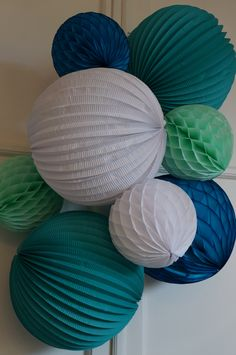 2 lampions ronds 30cm turquoise profond 2 boules alvéolées 20cm menthe givrée 1 boule alvéolée 20cm bleu aqua 1 boule alvéolée 20cm blanche ...