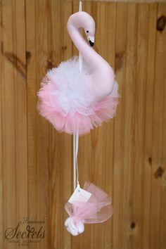 Μπομπονιέρα βάπτισης φλαμίνγκο Flamingo Craft, Flamingo Decor, Lake Party, Christening Favors, Diy Doll, Fabric Dolls, Making Ideas, Fabric Crafts, Diy And Crafts