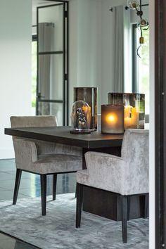 BINNENKIJKEN | Geïnspireerd door de inrichting van de luxe feestzaal van Molen de Zwaluw kozen de bewoners voor strakke meubels in luxe grijs- en zwarttinten..  BINNENKIJKEN | Geïnspireerd door de inrichting van de luxe feestzaal van Molen de Zwaluw kozen de bewoners voor strakke meubels in luxe grijs- en zwarttinten.. Dining Room Table Decor, Dining Room Furniture, Interior Styling, Interior Decorating, Luxury Dining Room, Home Board, Trendy Home, Room Decor Bedroom, Home Decor Accessories