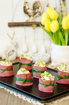 Jajka w szynce smakują i wyglądają świetnie. Prezentują się bardzo elegancko, więc można je podać na eleganckim przyjęciu czy też na zwykłej domówce. Appetisers, Easter Recipes, Eating Well, Tapas, Panna Cotta, Grilling, Snacks, Food And Drink, Cooking