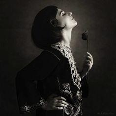 Femeia la 40 de ani – întoarcerea buldozerului – Talk Tabu | Catchy Black White Photos, Black And White, Le Face, Salvador Dali, Shades Of Purple, Love Flowers, Things That Bounce, Portrait, Image