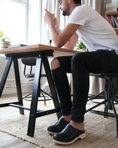 Clogs, Hot Guys, Black Jeans, Sandals, Wood, How To Wear, Instagram, Fashion, Clog Sandals