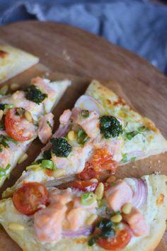 Pizza Crust Tips and Tricks and a Salmon Pizza - Pizza Boden Tipps und eine Lachs Pizza mit Dill Basilikum Tomaten und roten Zwiebeln | Das Knusperstübchen