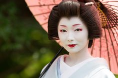 The etheral beauty of the geiko Toshimana. (Source)