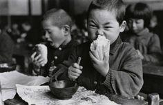 L'enfant et le pain - Munching a roll - Tokyo, Japan, by Genichi Kumagai, 1953 #photography #vintage