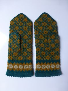 Vintage Swedish hand knitted wool mittens / Traditional Gotland design