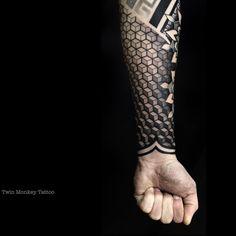 """Mi piace"": 692, commenti: 17 - ▪️AdithSetya (@twinmonkeytattoo) su Instagram: ""and yes! another fun afternoon.  #twinmonkeytattoo #tattoo #passion #inked #geometric #pattern…"""