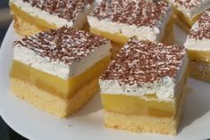 Zutaten: Für den Teig: -6 Eier -12 EL warmes Wasser -10 EL Zucker -12 EL Mehl -1 Pck. Backpulver Für die Apfelfüllung: -750 ...